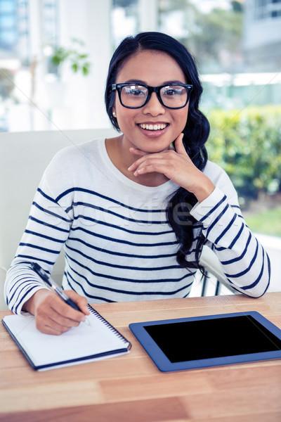 Sorridente asiático mulher mão queixo olhando Foto stock © wavebreak_media