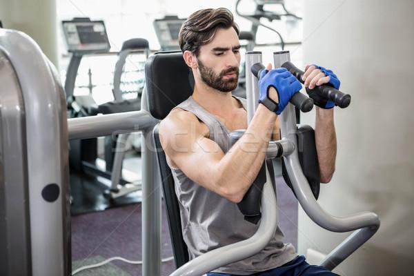 Gericht man gewichten machine armen gymnasium Stockfoto © wavebreak_media
