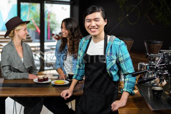 Sorridere cameriere grembiule dietro counter coffee shop Foto d'archivio © wavebreak_media