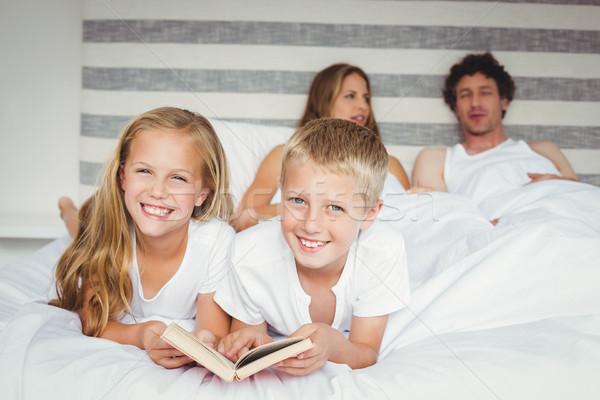 Portré testvérek megnyugtató szülők ágy mosolyog Stock fotó © wavebreak_media