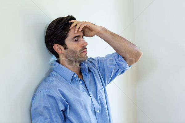 Deprimido hombre mano frente pared Foto stock © wavebreak_media