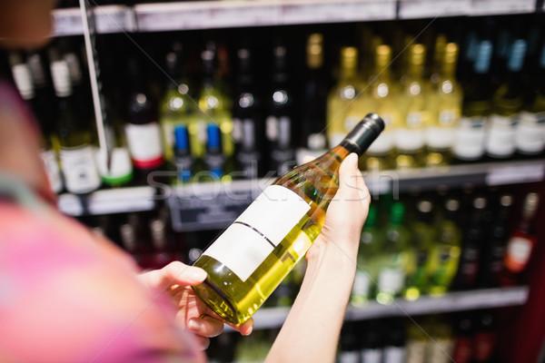 Accent bouteille de vin femme supermarché affaires Photo stock © wavebreak_media