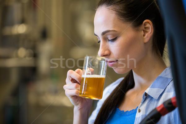 Kadın test bira güzel içmek Stok fotoğraf © wavebreak_media