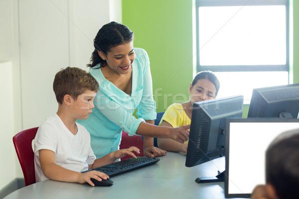 Nauczyciel nauczania komputera dzieci uśmiechnięty klasie Zdjęcia stock © wavebreak_media