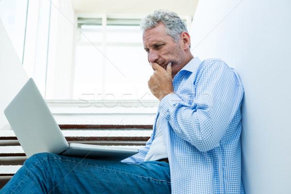 Gericht man digitale tablet stappen volwassen man Stockfoto © wavebreak_media