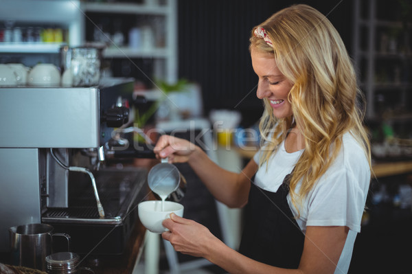 Sonriendo camarera taza café Servicio Foto stock © wavebreak_media