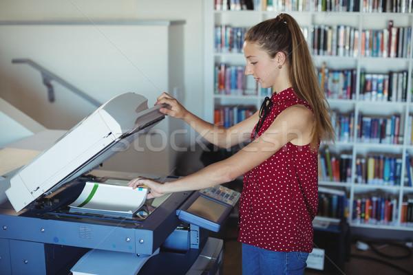 Figyelmes iskolás lány fénymásoló könyvtár iskola papír Stock fotó © wavebreak_media