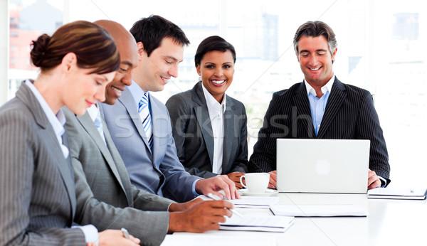 Több nemzetiségű üzleti csoport megbeszél új stratégia megbeszélés Stock fotó © wavebreak_media