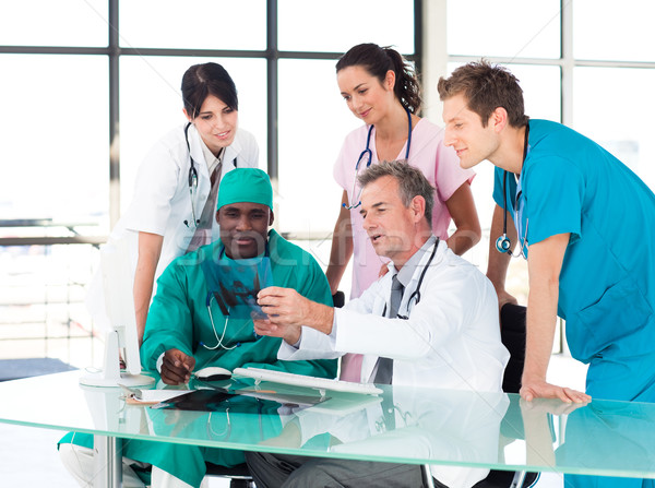Médicaux équipe étudier xray internationaux femme Photo stock © wavebreak_media