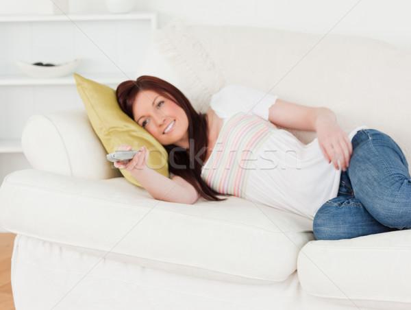 Charmant vrouw kijken tv sofa woonkamer Stockfoto © wavebreak_media