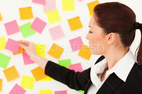Stock fotó: Fiatal · nő · jegyzetek · fehér · fal · iroda · munka