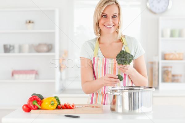 Mujer cocina brócoli cámara cocina Foto stock © wavebreak_media