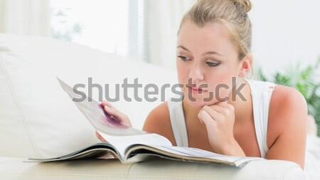 Donna lettura magazine soggiorno casa Foto d'archivio © wavebreak_media