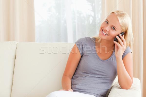Mosolygó nő beszél telefon nappali haj technológia Stock fotó © wavebreak_media