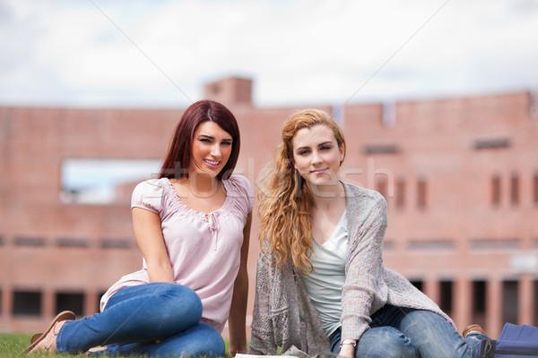 Jeunes élèves livre séance pelouse femme Photo stock © wavebreak_media