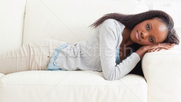 Jeune femme sieste canapé maison salon Photo stock © wavebreak_media
