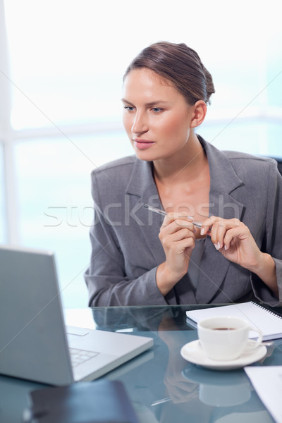 Porträt zweifelhaft Geschäftsfrau Notizen Büro Stift Stock foto © wavebreak_media