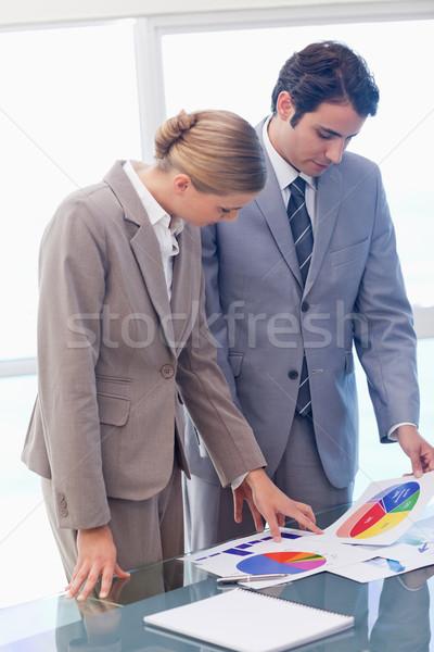 Portré fiatal üzletemberek néz statisztika tárgyalóterem Stock fotó © wavebreak_media