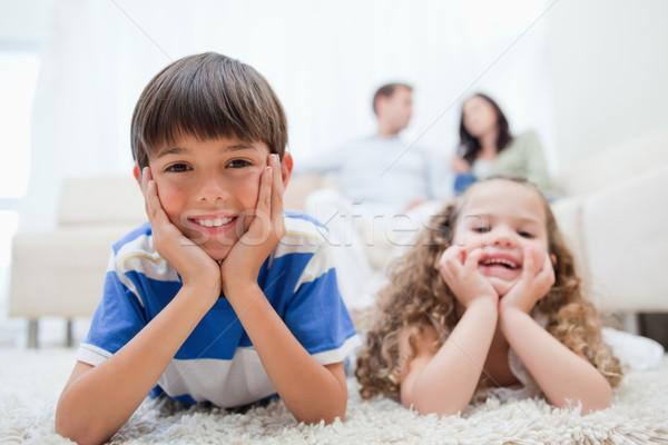 Jonge kinderen tapijt ouders vergadering achter Stockfoto © wavebreak_media