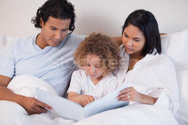 Boldog fiatal család olvas könyv együtt Stock fotó © wavebreak_media