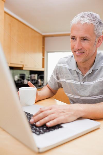 Сток-фото: портрет · человека · ноутбук · питьевой · кофе · кухне