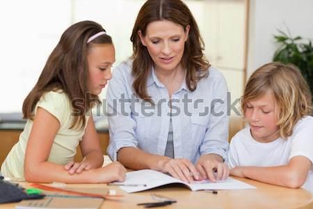 Сток-фото: матери · помогают · детей · домашнее · задание · гостиной · семьи