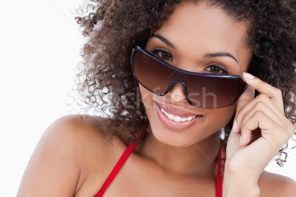 Брюнетка в солнцезащитных очках