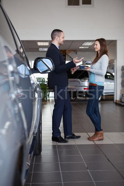 Cliënt verkoper handel vrouw auto Stockfoto © wavebreak_media