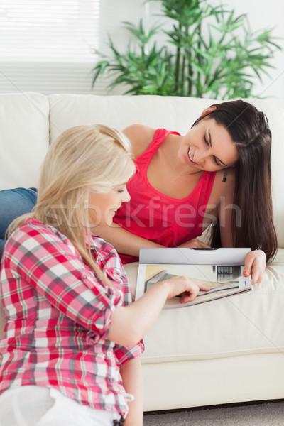 Nők ül otthon néz katalógus ház Stock fotó © wavebreak_media