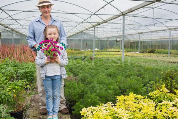 Kertész áll tart virágcserép család lány Stock fotó © wavebreak_media
