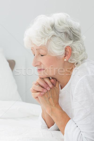 женщину молиться дома кровать женщины Сток-фото © wavebreak_media