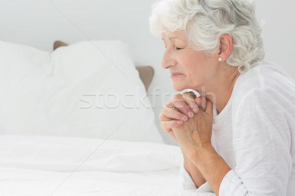 Staruszka modląc domu bed kobiet religii Zdjęcia stock © wavebreak_media