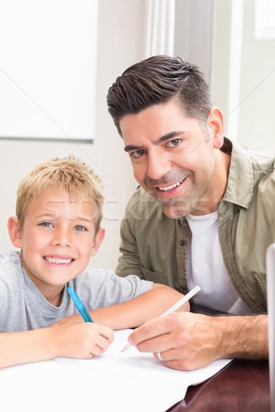 Heureux père en fils séance table ensemble maison Photo stock © wavebreak_media