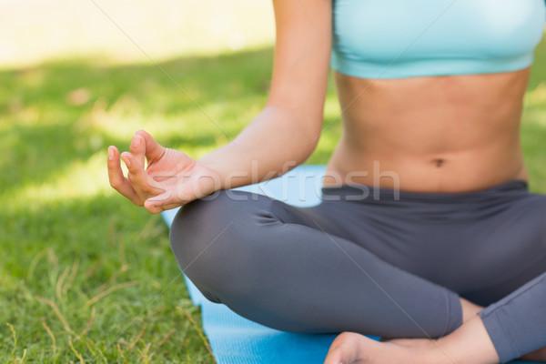 Primer plano deportivo mujer loto plantean parque Foto stock © wavebreak_media