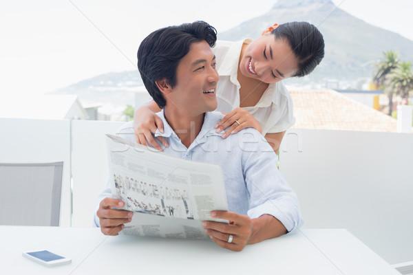 Paar lezing krant samen buiten balkon Stockfoto © wavebreak_media