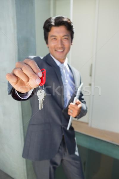 Makelaar permanente voordeur tonen sleutel buiten Stockfoto © wavebreak_media
