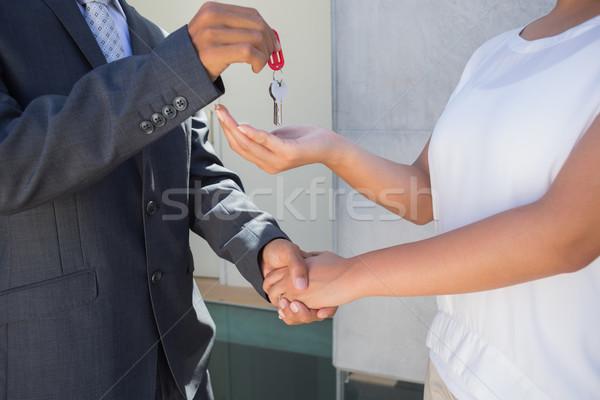 Ingatlanügynök ház kulcs vevő kívül férfi Stock fotó © wavebreak_media