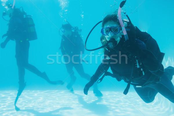 Arkadaşlar skuba eğitim yüzme havuzu bir bakıyor Stok fotoğraf © wavebreak_media