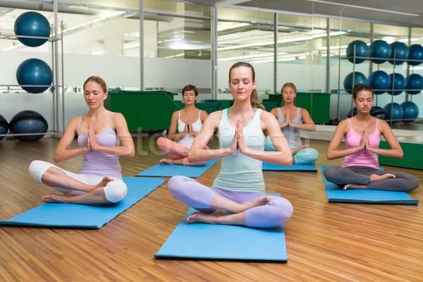 Sonriendo yoga clase loto plantean fitness Foto stock © wavebreak_media