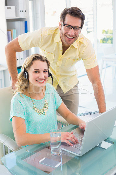 Retrato mujer auriculares colega oficina Foto stock © wavebreak_media
