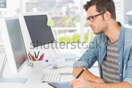 Koncentruje biznesmen monitor biuro projektu Zdjęcia stock © wavebreak_media