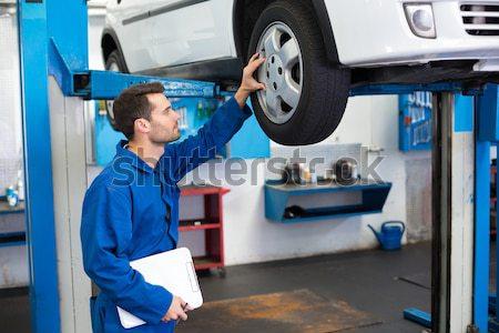 Mechanik patrząc samochodu opony naprawy garaż Zdjęcia stock © wavebreak_media