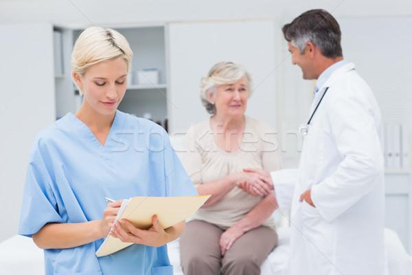 Vrouwelijke verpleegkundige rapporten arts patiënt Stockfoto © wavebreak_media