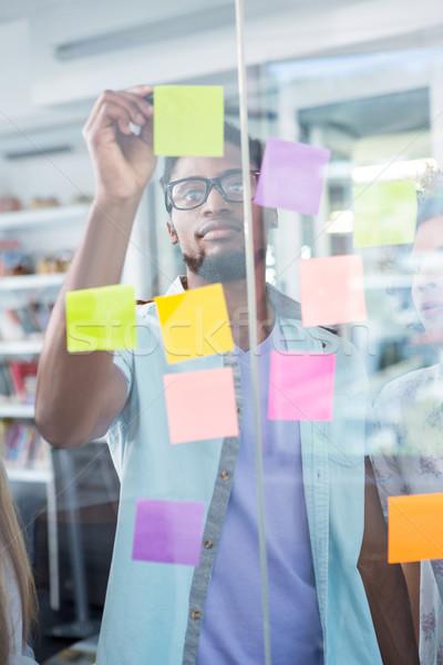 Creatieve zakenman schrijven zelfklevend nota jonge Stockfoto © wavebreak_media