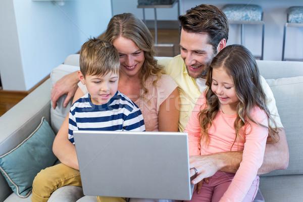 Glückliche Familie Couch zusammen mit Laptop home Wohnzimmer Stock foto © wavebreak_media