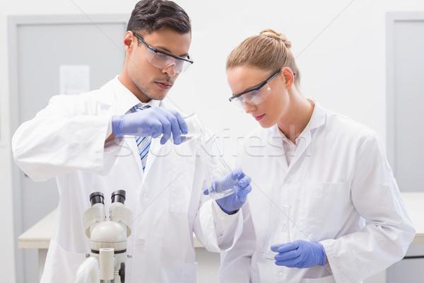 Gericht wetenschappers onderzoeken beker laboratorium vrouw Stockfoto © wavebreak_media