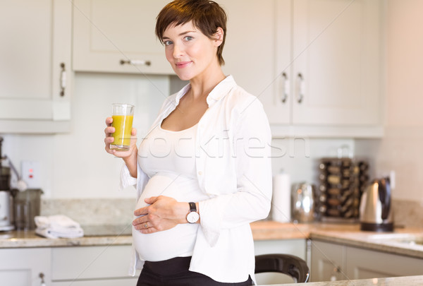 Zwangere vrouw glas sinaasappelsap home keuken gelukkig Stockfoto © wavebreak_media