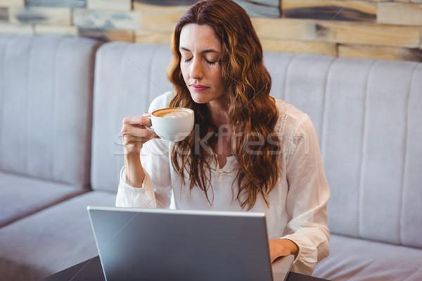 Csinos barna hajú kávé laptopot használ kávézó üzlet Stock fotó © wavebreak_media