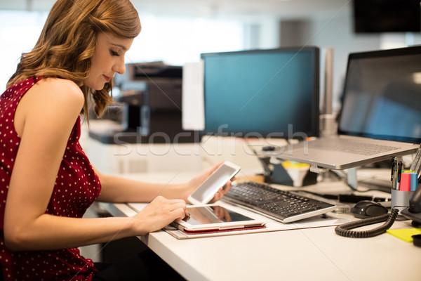 Jonge zakenvrouw digitale tablet kantoor zijaanzicht Stockfoto © wavebreak_media