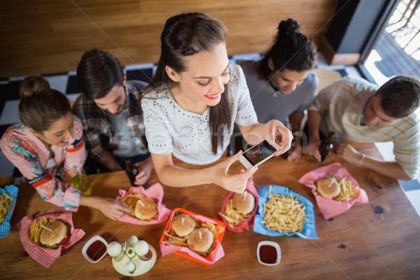 Mujer amigos alimentos restaurante Foto stock © wavebreak_media